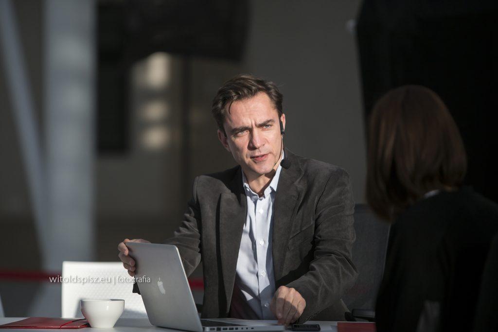 Sebastian Szczepanowski podczas premiery Teatru Interaktywnego dlabiznesu